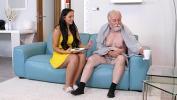 ดูหนังxxx Dark haired hottie visits an old man relaxing on couch 3gp ฟรี